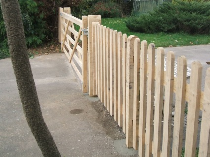 Oak entrance gate with palisade fencing